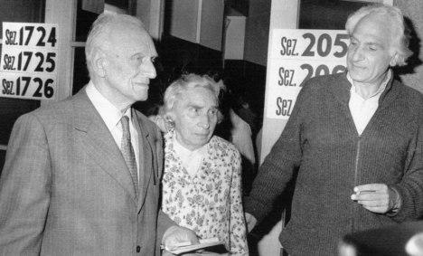 Il padre (Leonardo) e la madre (Andrée Estachon) all'uscita dal seggio nel 1979